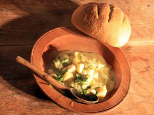 food and cooking in the medieval times The violent times of the dark ages led to a primitive society lacking in elegance or refinement early middle ages food was basic and the ingredients were home grown.